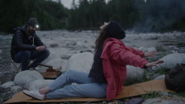 junges paar am kamin entspannen. bergige landschaft - kieferngewächse stock-videos und b-roll-filmmaterial