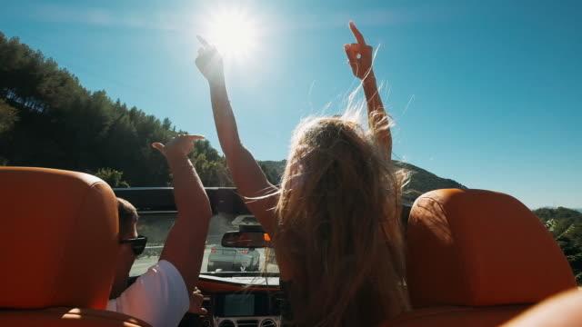 ungt par som rider i en bil. - fordon på land bildbanksvideor och videomaterial från bakom kulisserna