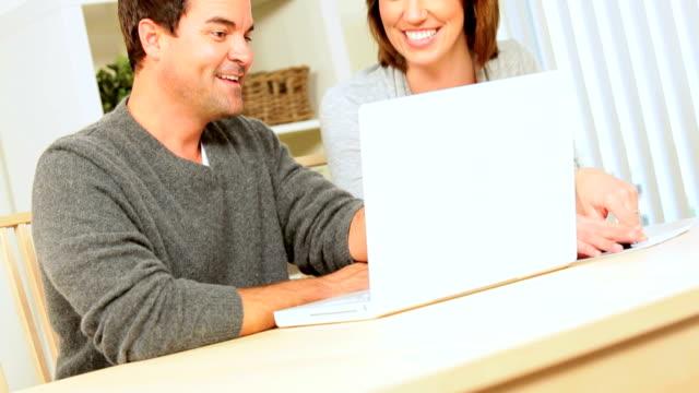 vídeos y material grabado en eventos de stock de pareja joven éxito en planificación financiera - planificación financiera