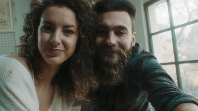 vídeos y material grabado en eventos de stock de joven pareja teniendo selfie en el estudio de la cerámica - memorial day weekend