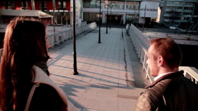 młoda para rozmawiając w mieście - podążać za czynność ruchowa filmów i materiałów b-roll