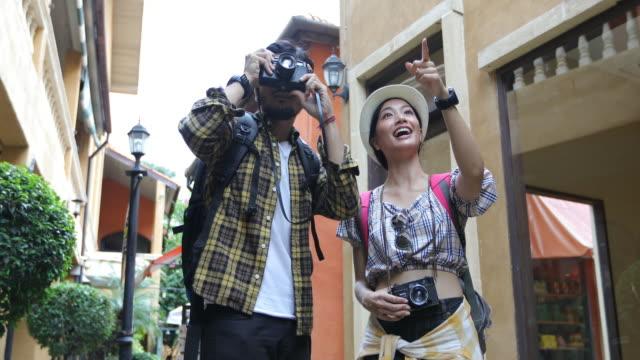 年輕情侶旅遊背包客拍照和尋找快樂, 放鬆時間度假概念旅行 - 東南 個影片檔及 b 捲影像