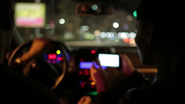 junges paar reisen in einer neuen stadt bei nacht. - richtung stock-videos und b-roll-filmmaterial
