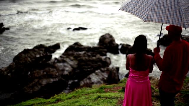 Pares novos um guarda-chuva - vídeo