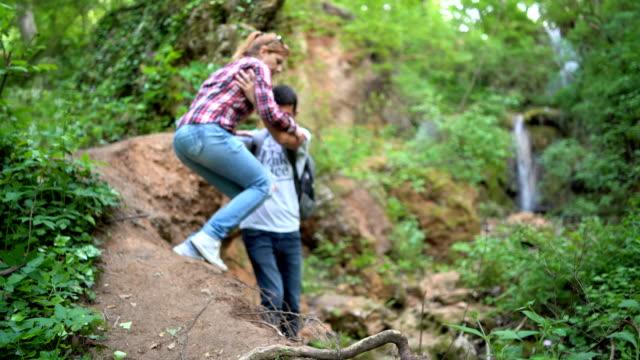 自然の中を歩く若いカップル - 自然旅行点の映像素材/bロール