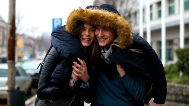 ungt par promenader i regnet - gå tillsammans bildbanksvideor och videomaterial från bakom kulisserna