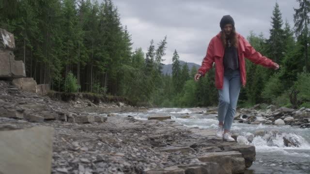 Jong koppel samen wandelen in de bergen. Rivier in achtergrond video