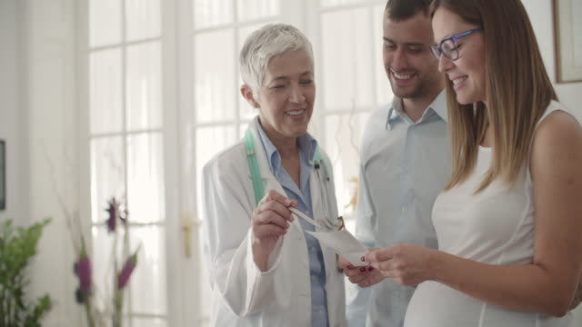 Jeune Couple en Consultation avec un médecin. - Vidéo