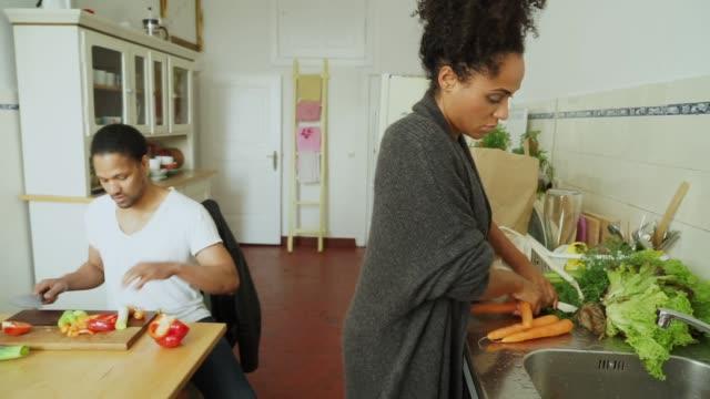 vídeos de stock, filmes e b-roll de jovem casal com as compras na cozinha - comida feita em casa