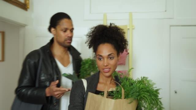 Junges Paar mit shopping in Küche – Video