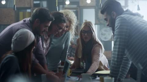 giovani creativi che lavorano insieme - abbigliamento casual video stock e b–roll