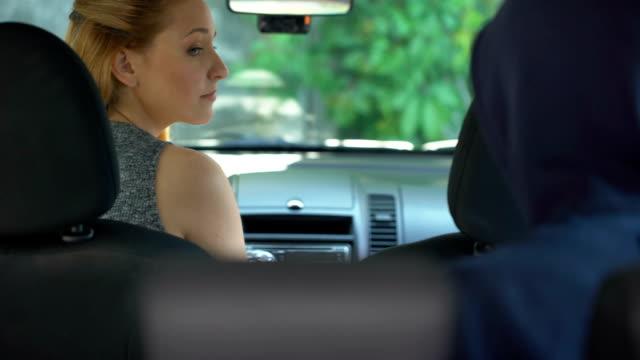 Jeune criminel menaçant avec automobiliste femelle pistolet, travail dangereux, bandit - Vidéo