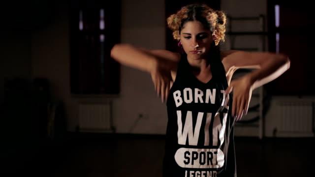 ung söt flicka dansa i mörka studio - gympingdräkt bildbanksvideor och videomaterial från bakom kulisserna