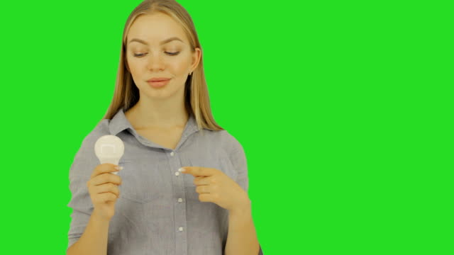 vídeos de stock e filmes b-roll de young cute woman with electric bulb, studio - amarrotado