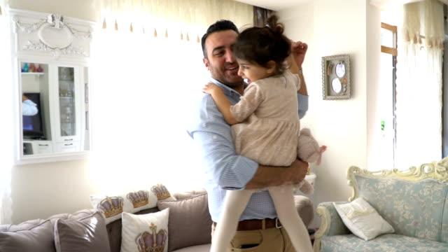 vídeos de stock, filmes e b-roll de jovem pai e sua filha dançando em casa - pai e filha