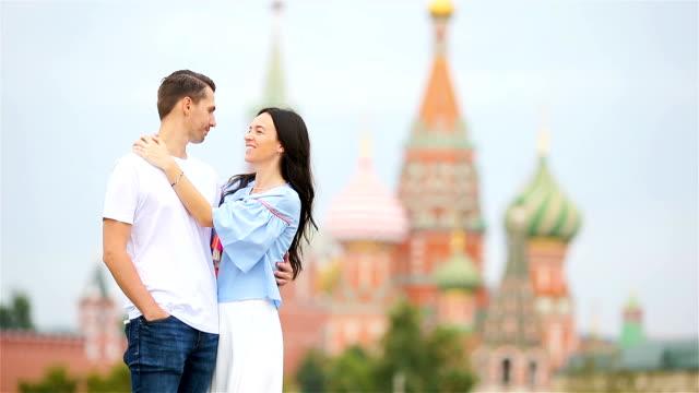 ung dating par i kärlek promenader i staden bakgrunden st basils church - röda torget bildbanksvideor och videomaterial från bakom kulisserna