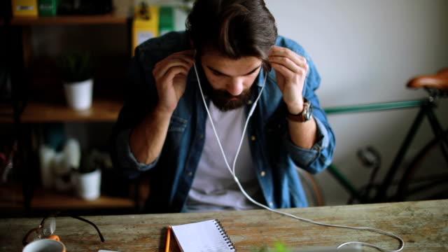 junge designer auf videokonferenz in seinem büro zu hause - webinar stock-videos und b-roll-filmmaterial