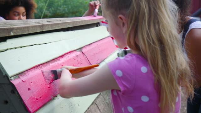 若いは、女の子絵鶏小屋を無効に - community activism点の映像素材/bロール