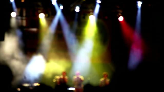 vídeos de stock e filmes b-roll de um jovem discoteca banda de efectuar no palco em nuvens de fumo - bar local de entretenimento