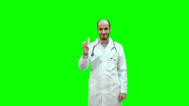 junger arzt präsentiert neue medizin auf einem green-screen, chroma-key - familienplanung stock-videos und b-roll-filmmaterial