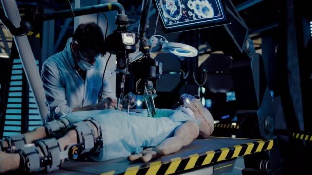vídeos y material grabado en eventos de stock de el joven cirujano médico hace un experimento con un alienígena. el doctor hace una autopsia usando herramientas quirúrgicas y equipo. - autopsia