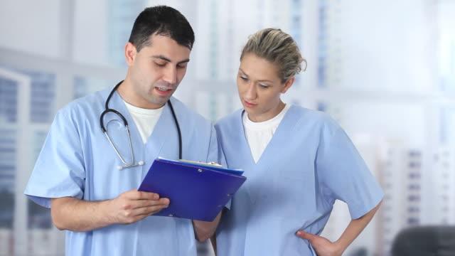 молодые врачи - ассистент стоковые видео и кадры b-roll