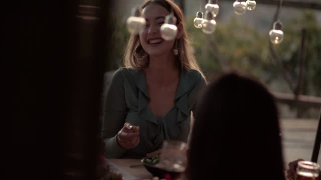 stockvideo's en b-roll-footage met jonge elegante vrienden plezier in rustiek platteland cottage restaurant - summer style