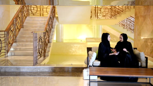 young emirati women in a spa lobby - emirati woman 個影片檔及 b 捲影像