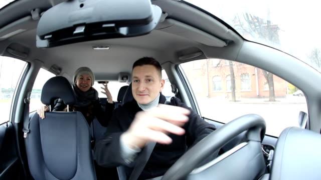 junge emotionale frau in auto zu bekommen, fragen sie fahrer start reiten - passagier stock-videos und b-roll-filmmaterial