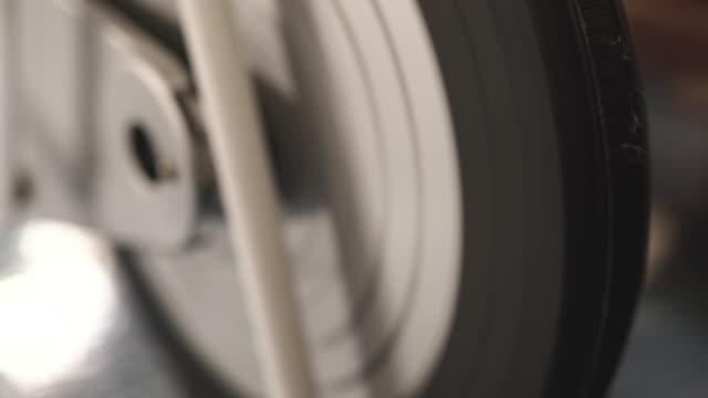 stockvideo's en b-roll-footage met cu:young die zich bezighouden met hometrainer op kamer - fitnessapparaat