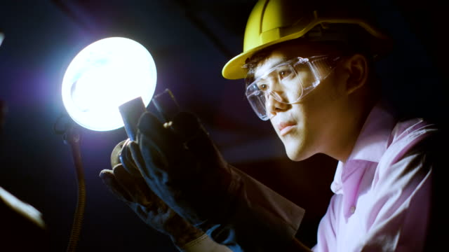 若いエンジニアのワーク ショップでの品質管理のための金属部分を測定します。 ビデオ
