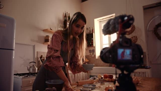 若い起業家食品ビデオブロガー ベーキングとカメラで撮影 - 田舎のライフスタイル点の映像素材/bロール