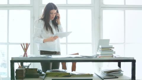 vídeos y material grabado en eventos de stock de joven empresario trabajando en su oficina. - small business