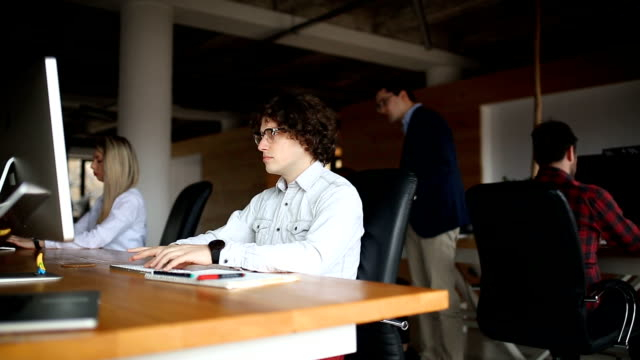 young entrepreneurs in the office - coinvolgimento dei dipendenti video stock e b–roll