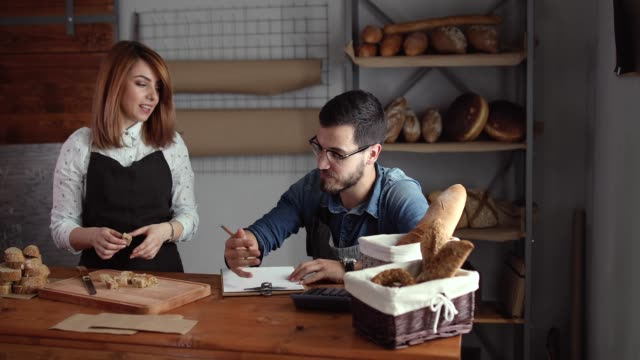 vídeos de stock, filmes e b-roll de jovens empreendedores fazendo lista de ingredientes necessários para a sua padaria - sem glúten