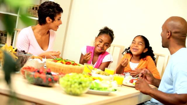 junge ethnisch familie teilen gesunde mittagessen - salat speisen stock-videos und b-roll-filmmaterial