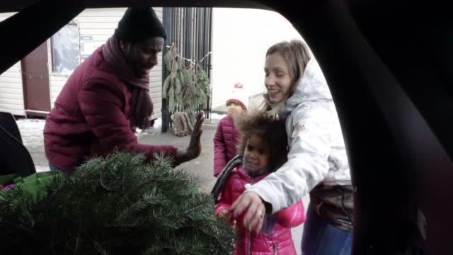 ung familj christmas market fönstershopping - christmas gift family bildbanksvideor och videomaterial från bakom kulisserna