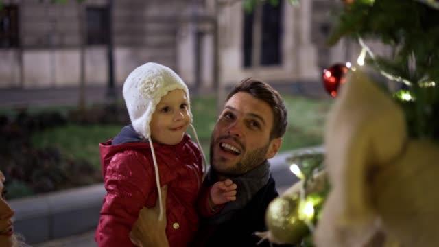 młoda rodzina ciesząca się świątecznym duchem - happy holidays filmów i materiałów b-roll