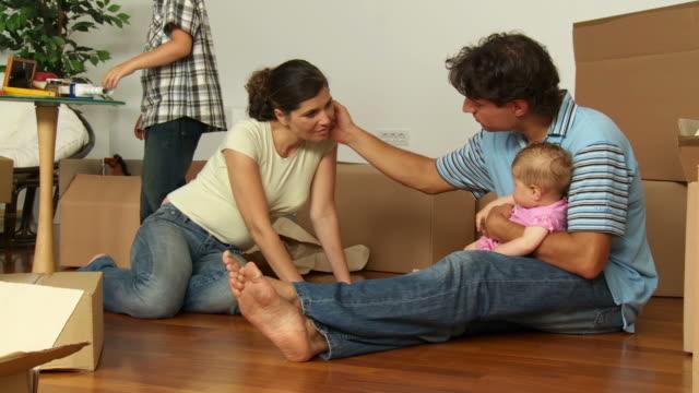 dolly hd: junge familie gesichter dass sie sich wie zu hause fühlen - vier personen stock-videos und b-roll-filmmaterial