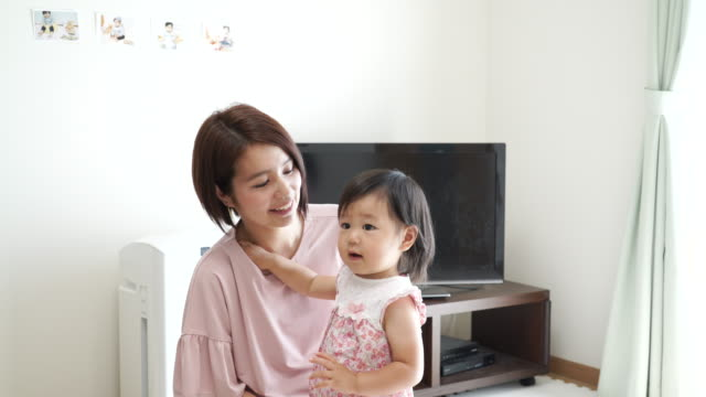 家で遊ぶ若い家族 ビデオ