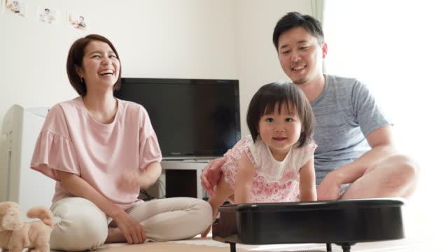 vídeos y material grabado en eventos de stock de familia de joven jugando en casa - casados