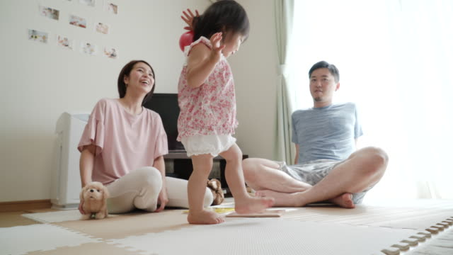 家で遊ぶ若い家族 - 母娘 笑顔 日本人点の映像素材/bロール