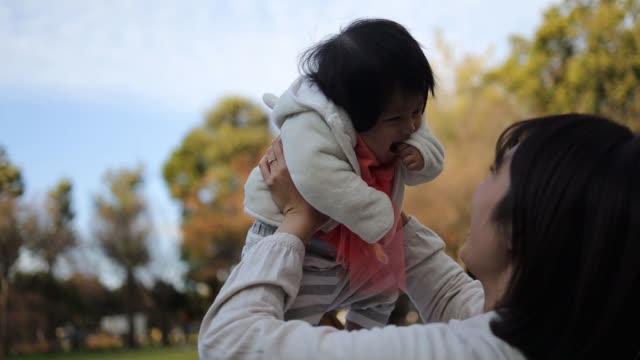 一緒に公園で遊ぶ若い家族 - 母娘 笑顔 日本人点の映像素材/bロール