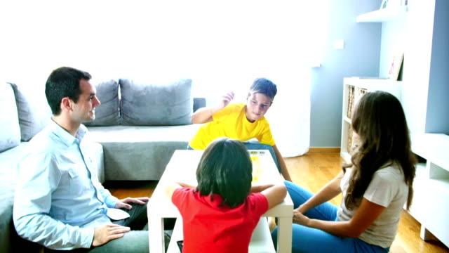 молодая семья, воскресенье тренировки. - развлекательные игры стоковые видео и кадры b-roll