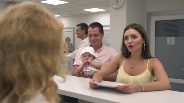 junge familie mit einem kind auf retsepshene im krankenhaus - ohrring stock-videos und b-roll-filmmaterial