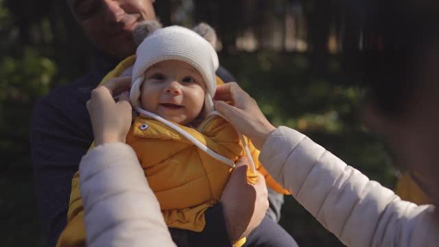 молодая семья с ребенком на природе в солнечный день - жакет стоковые видео и кадры b-roll