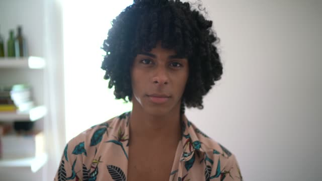 집에서 젊은 패션 남자 - 20 29세 스톡 비디오 및 b-롤 화면