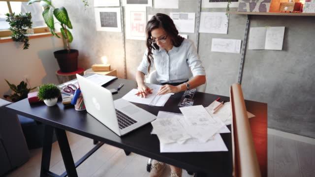 직장에서 새로운 프로젝트를 스케치하는 젊은 여성 건축가 - 카피 공간 스톡 비디오 및 b-롤 화면