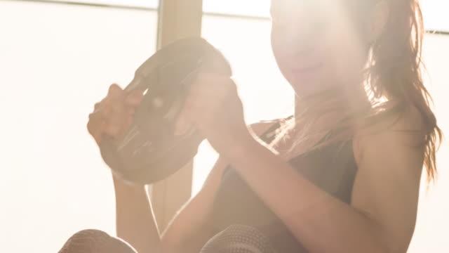 junge athletin, die sixpack bauchmuskeln bei bauchmuskelübungen baut - hantel stock-videos und b-roll-filmmaterial