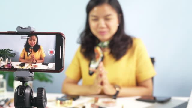 vídeos de stock, filmes e b-roll de jovem blogger feminino no trabalho. - blogar